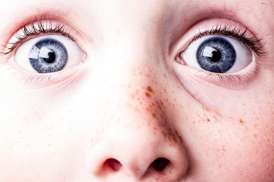 驚いた, 青い目, そばかす, 参照してください, 時計, 目, 怖がらせる, 顔, タフです, 人々, 若い