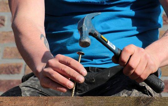 木製ボード, カラマツ, ねじ, 長いネジ, ハンマー, ネジターン