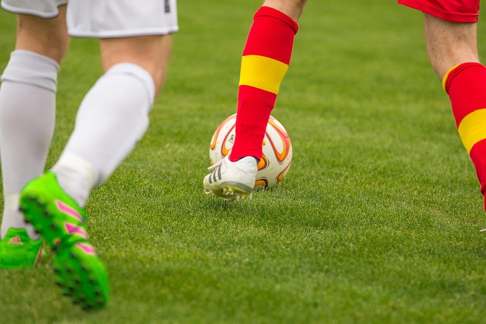 サッカー, 決闘, ボール, サッカー選手, 野手, 対戦相手, サッカーのピッチ, スポーツ, ドレス