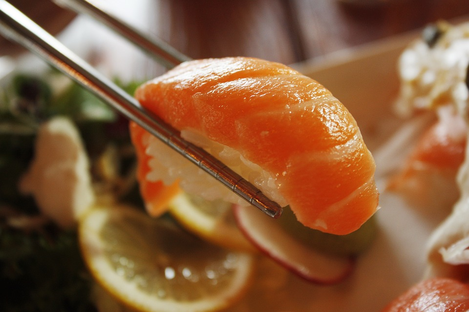 サケ, サルモン, 寿司, レストラン, 和食, 皿, 食事, ダイニングテーブル, 食糧, 醤油, 回
