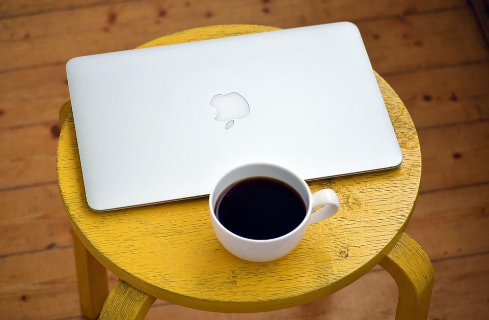 Лаптоп, Компютър, Кафе, Жълт, Табуретка, Бяло