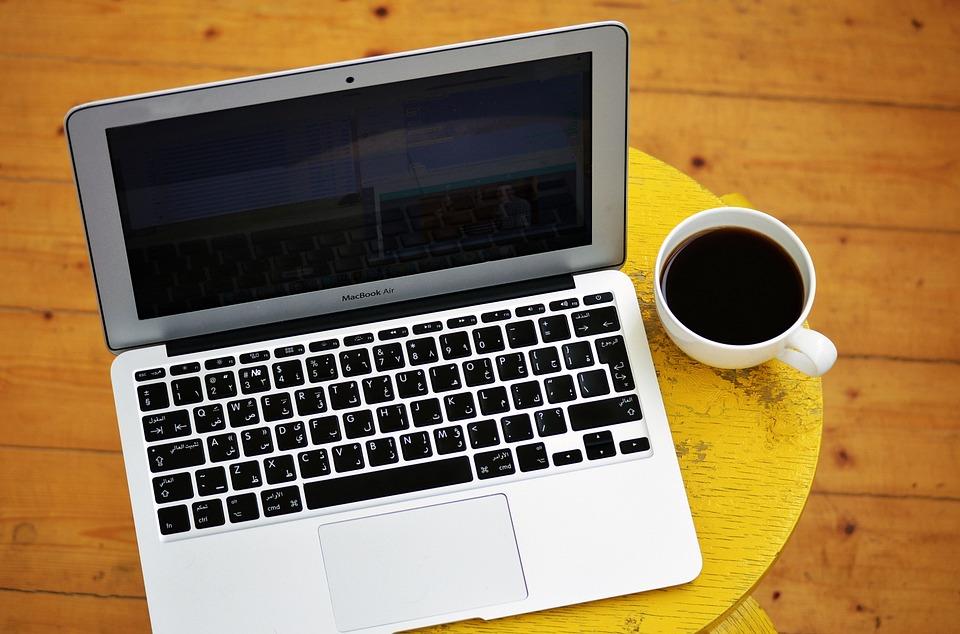 ラップトップ, コンピュータ, コーヒー 1 杯, 黄色, スツール, コーヒー テーブル, インターネット