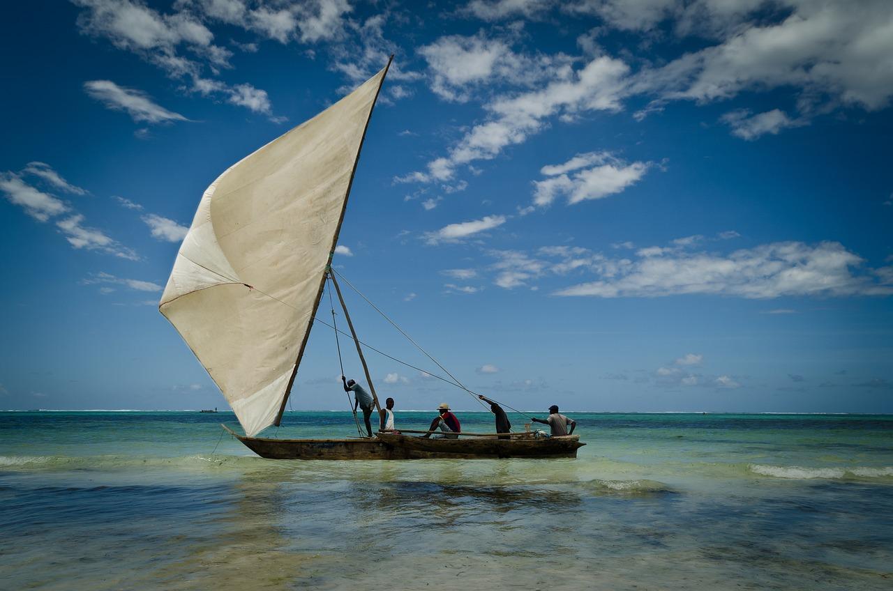фото лодки с парусами