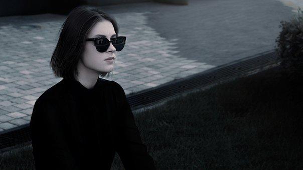 Chica De Moda, En Los Vidrios