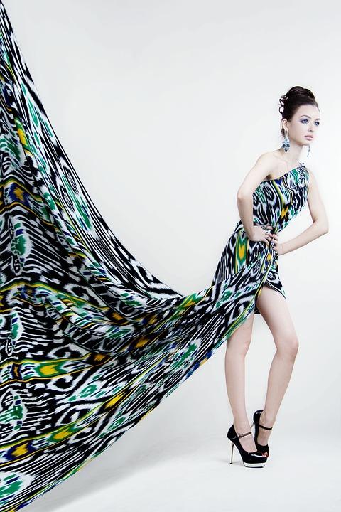girl-with-a-cloth-1390693_960_720.jpg