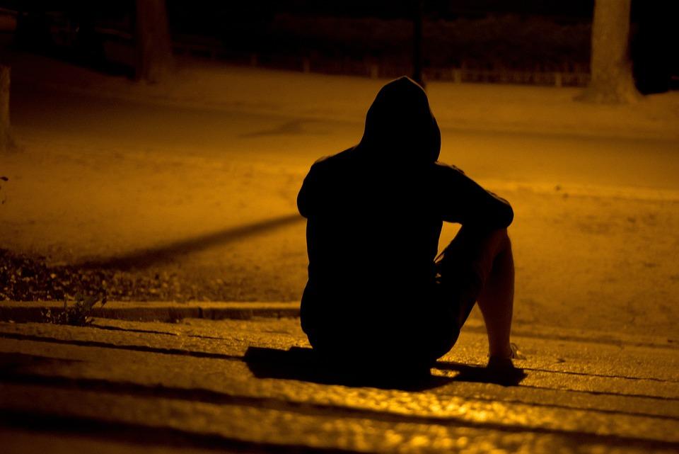 男, 孤独です, 公園, 泊, 暗い, 謎, だけで, 男性, 悲しい, 若いです, 人, 意気消沈した