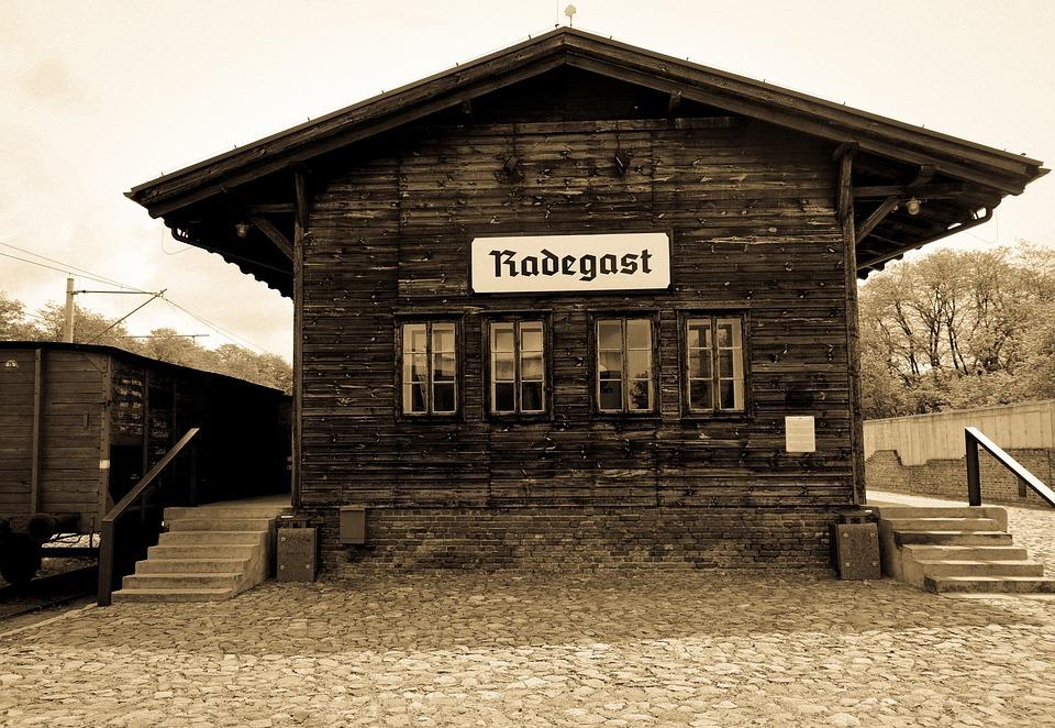 Całopalenie, Holokaust, Drut Kolczasty