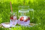 napój truskawkowy, herbata owocowa, lód