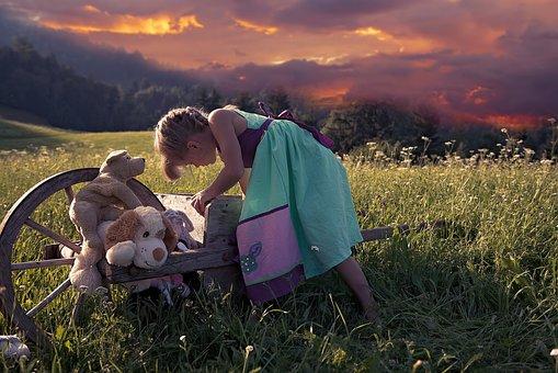 子, 女の子, 外, 自然, 再生, おもちゃ, ぬいぐるみ, 木製の手押し車
