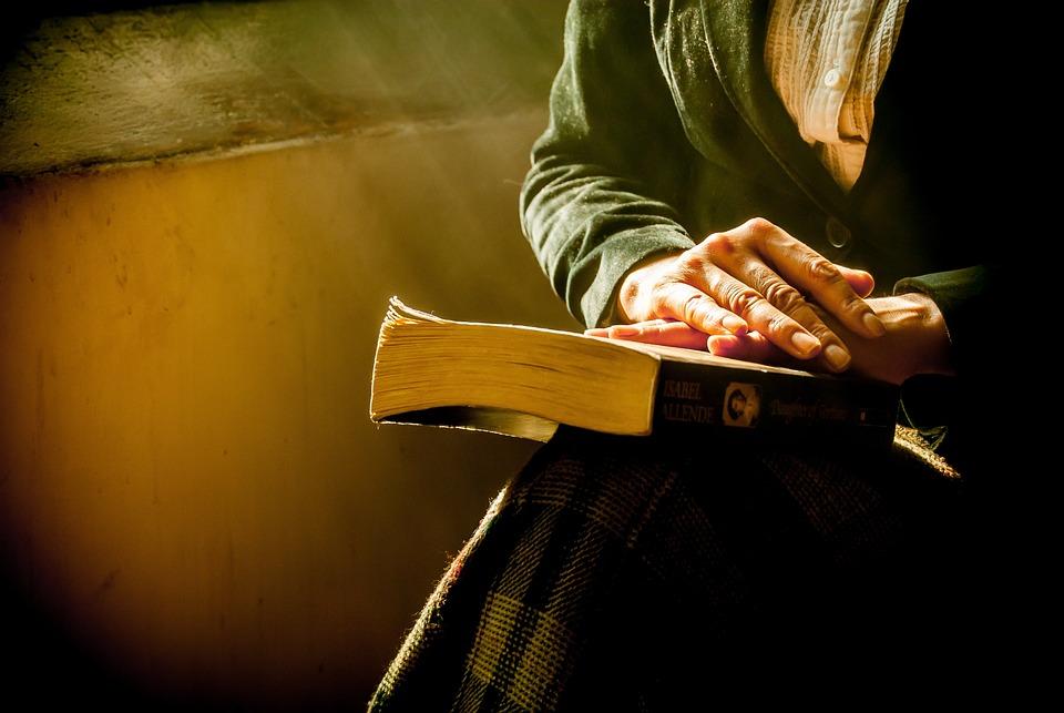 Libro, Manos, Reflejando, Biblia, Orando, Mujeres