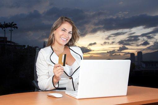 美しい, ビジネス女性, にこやか, クレジット カード