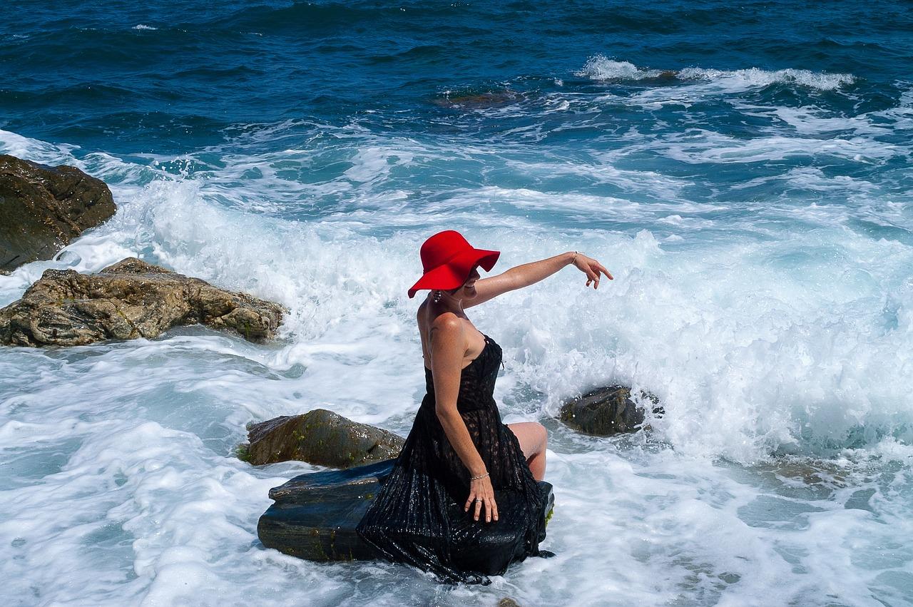 подробные фото в шляпе на берегу моря также