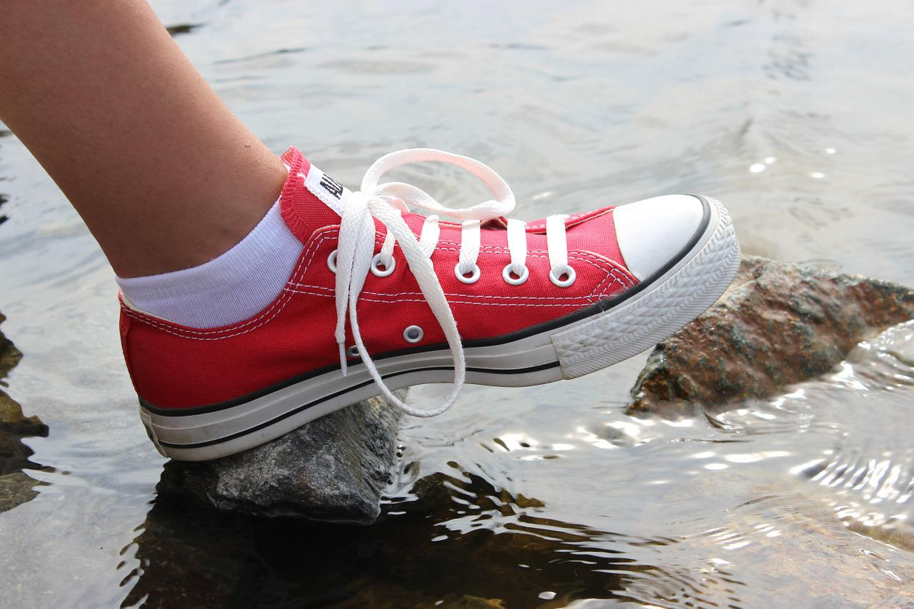 女人梦见鞋子什么预兆 女人梦见穿别人的鞋子