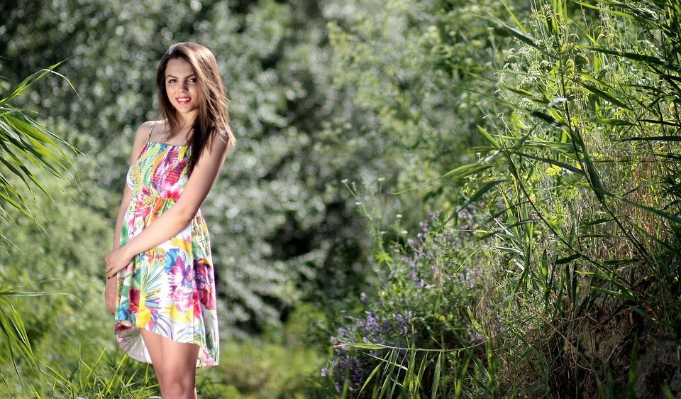 Девушка на природе в платье, фильмы