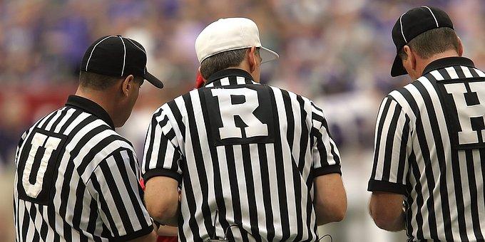アメリカンフットボールの審判, アメリカン フットボール, サッカーの審判