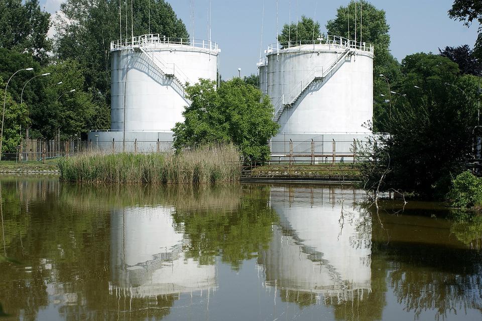 Foto gratis estanque tanques industriales imagen for Estanques industriales