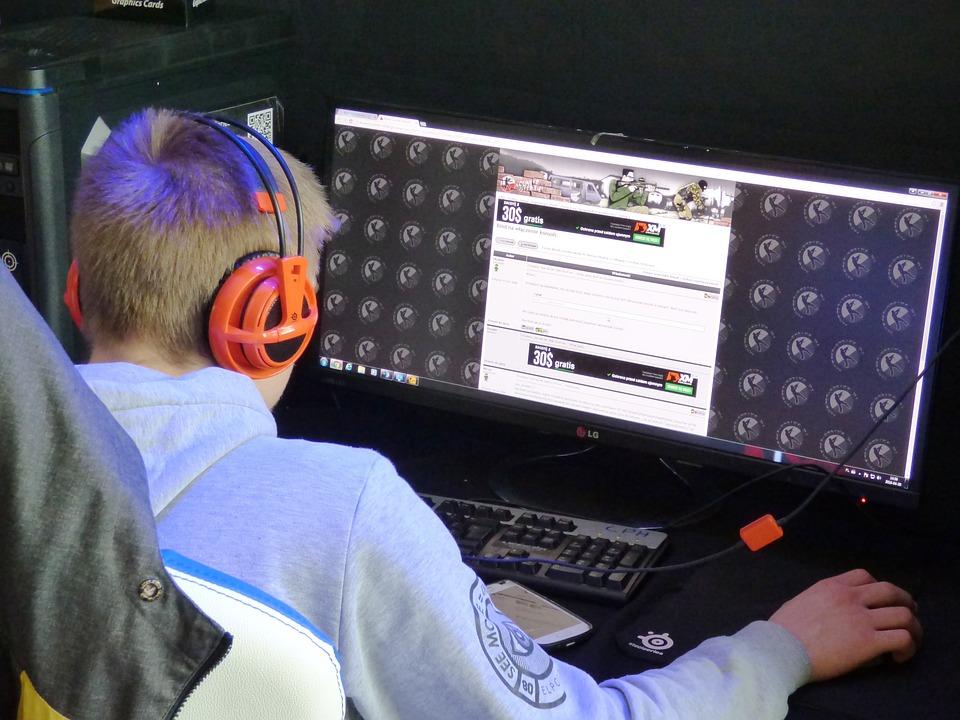 adolescente jugando a un juego online para combatir el aburrimiento