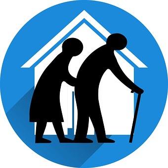 alte Menschen vor einem Haus