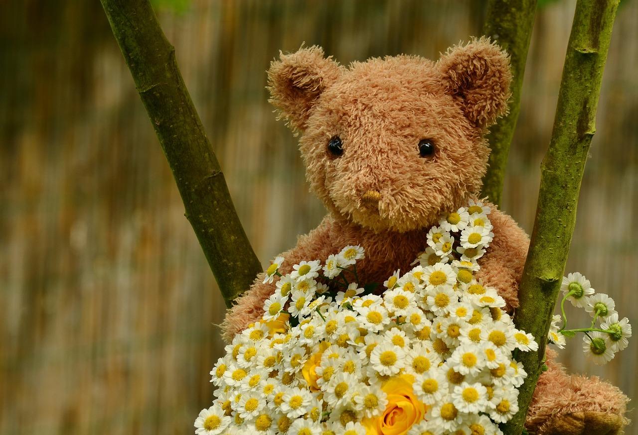 Открытка плюшевый мишка с цветами, задумчиво смотрел открытки