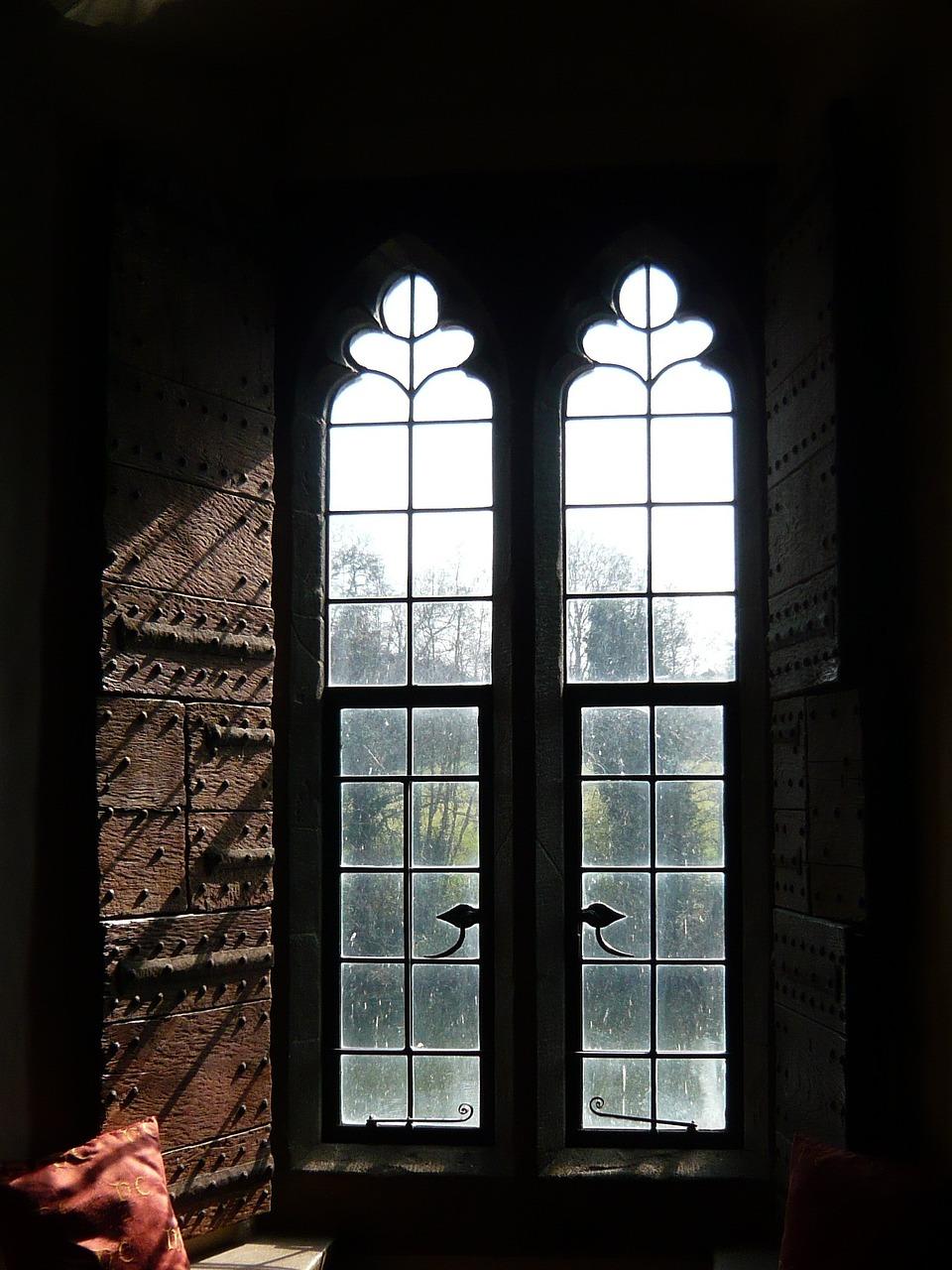 Замок с окнами картинки