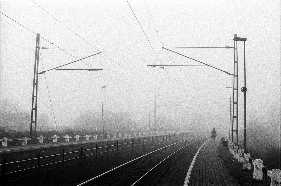Sumu, Rautatieasemalta, Pahantuulinen, Mustavalkoinen