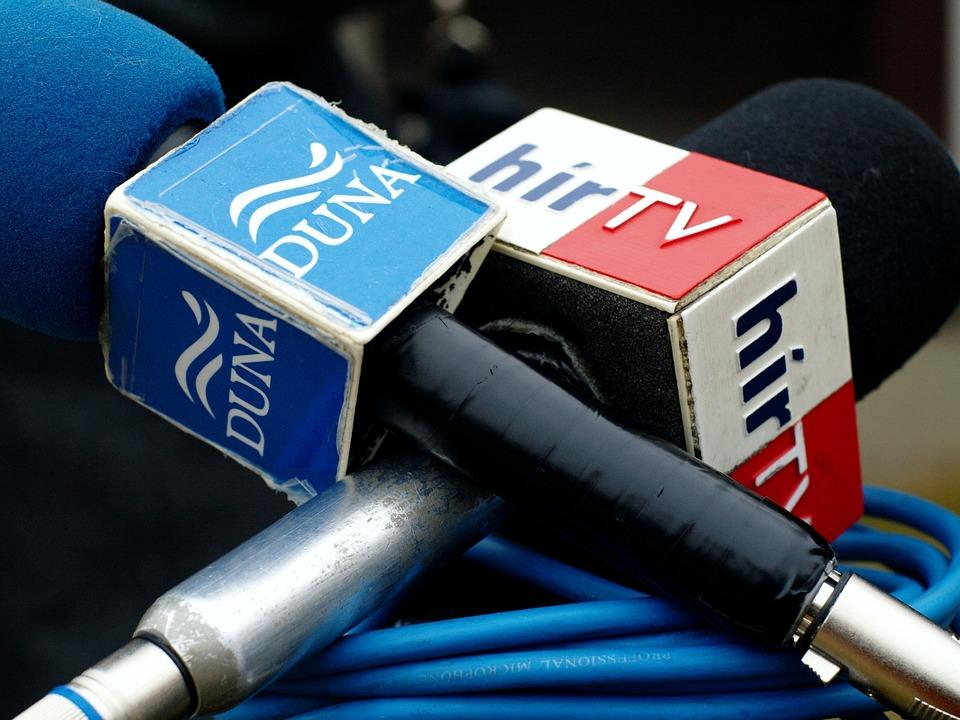 Los Medios De Comunicación, Micrófono, Hungría