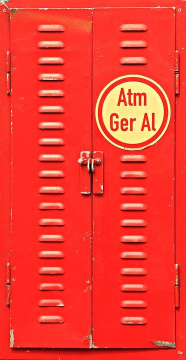 vieille armoire métallique rouge recyclée