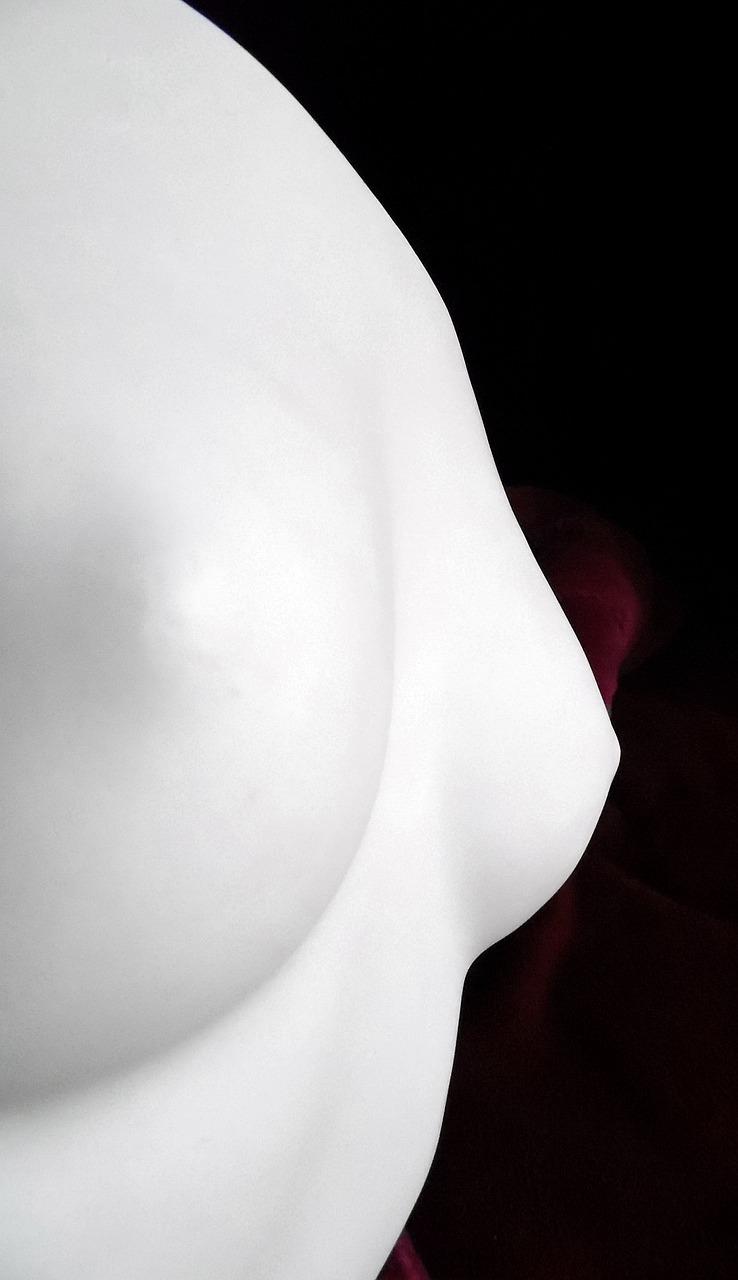 Фото вблизи женских грудей