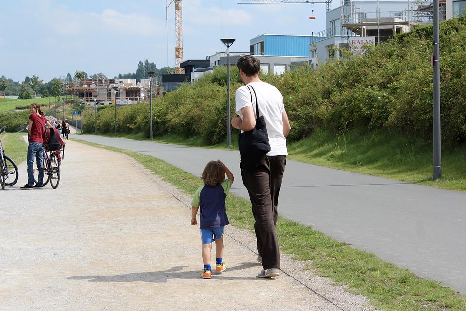 パパ散歩する息子