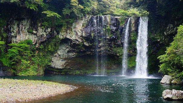 Pulau Jeju Cheonjiyeon Waterfall