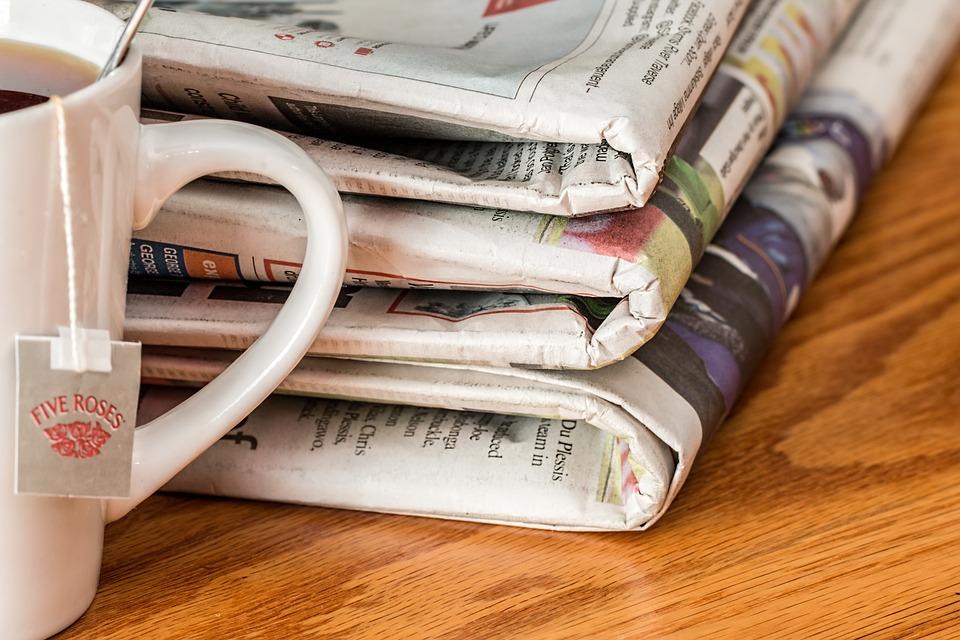 Taza de café y un periódico