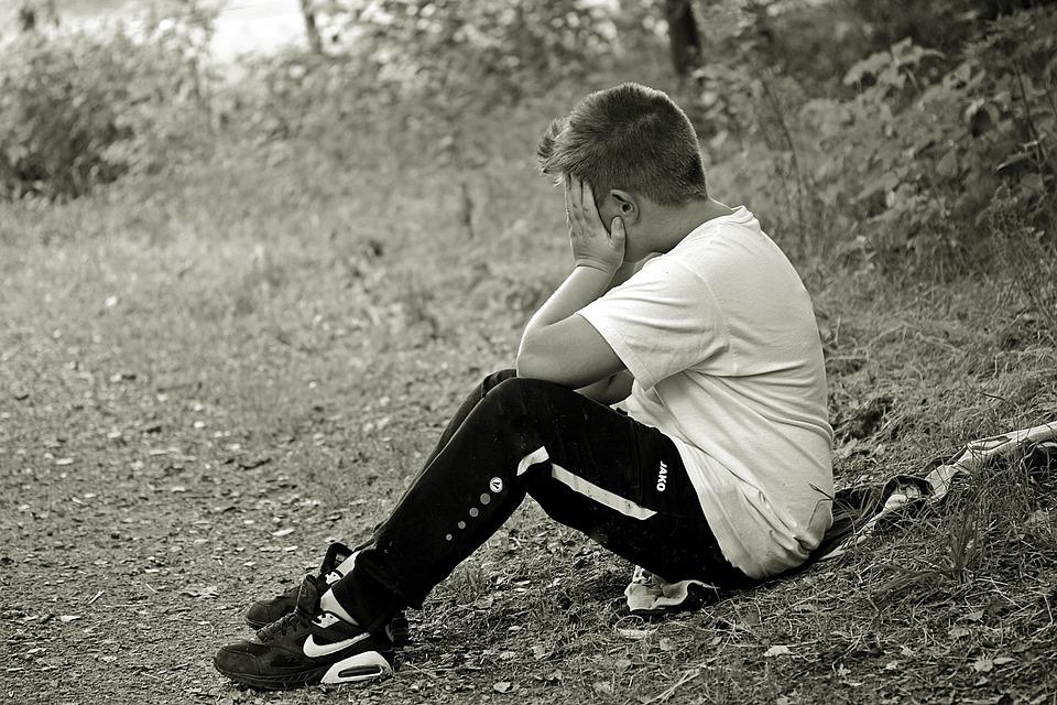 少年, 子, 悲しい, 単独, 座る, ジャケットの上に座って, フォレスト, 一人になりたいです, 泣く