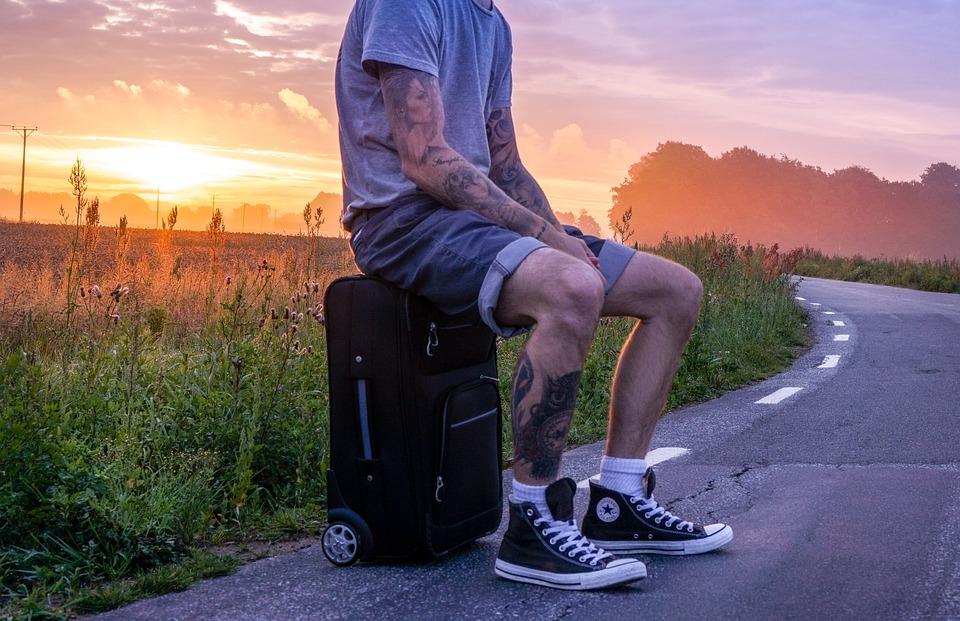 hombre sentado con tatuaje