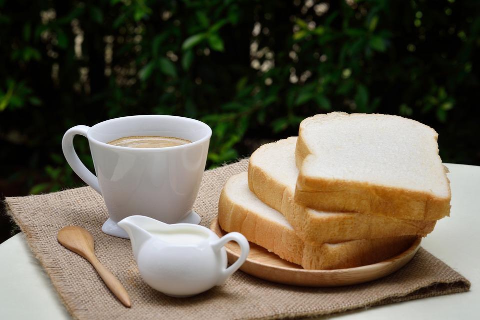 imagem de um café com pães.