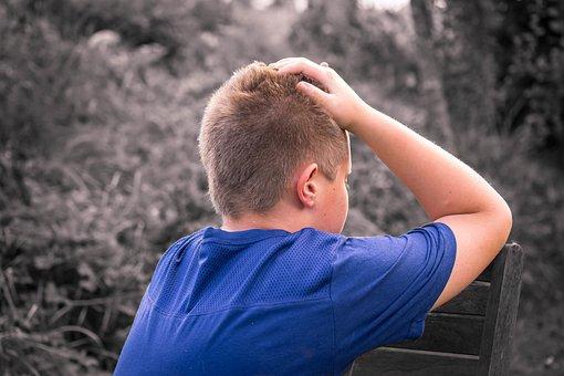 少年, 子, 悲しい, 単独, 座る, 一人になりたいです, 泣く, 非表示の顔