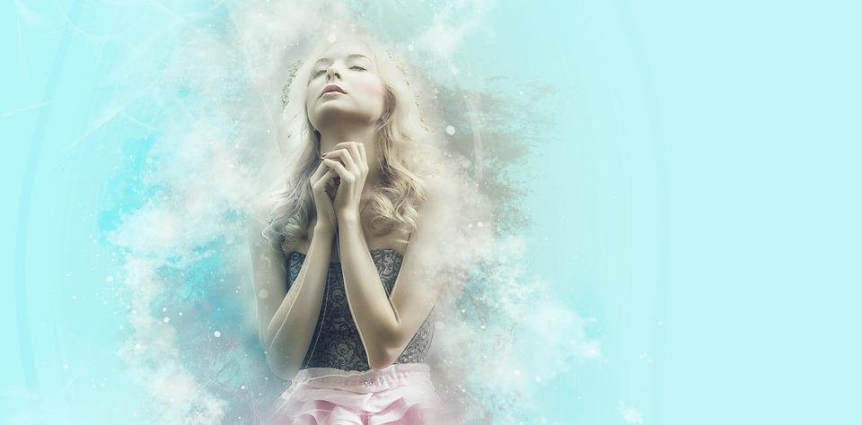 mulher rezando em um fundo azul mesclando a hipnose e religião