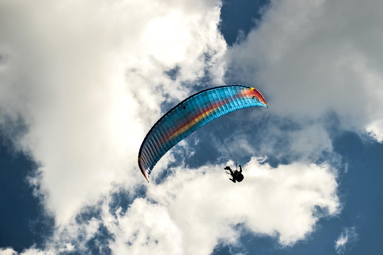 Картинки с парашютом в небе, открытка