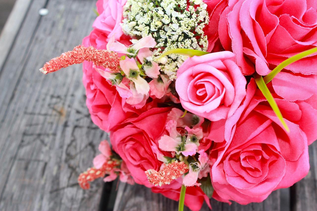 Красивые праздничные букеты на свадьбу, стоит букет