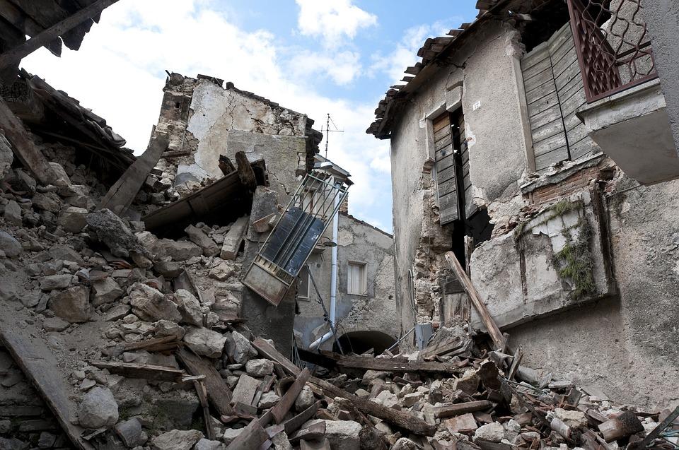 地震, 瓦礫, ラクイラ, 崩壊, 災害, 家, 道路, 女, 垣間見る, 路地, 歴史的中心部