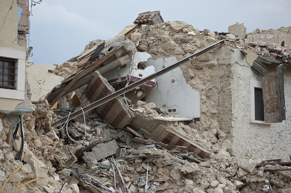 地震, 瓦礫, 崩壊, 災害, 家, 道路, 女, 垣間見る, 路地, 歴史的中心部