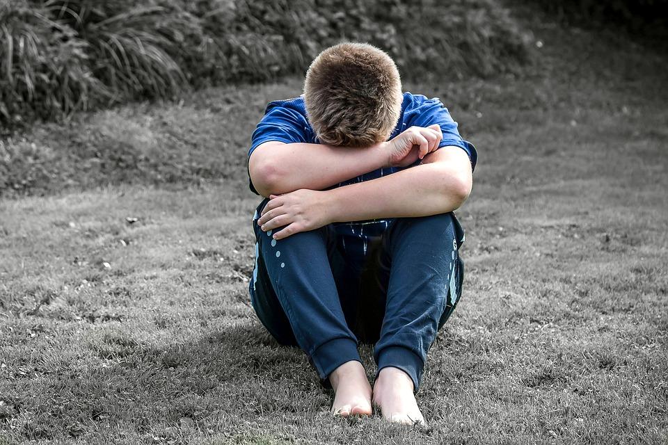 少年, 子, 悲しい, 単独, 座る, 一人になりたいです, 泣く, 非表示の顔, 低-頭をサポートします。
