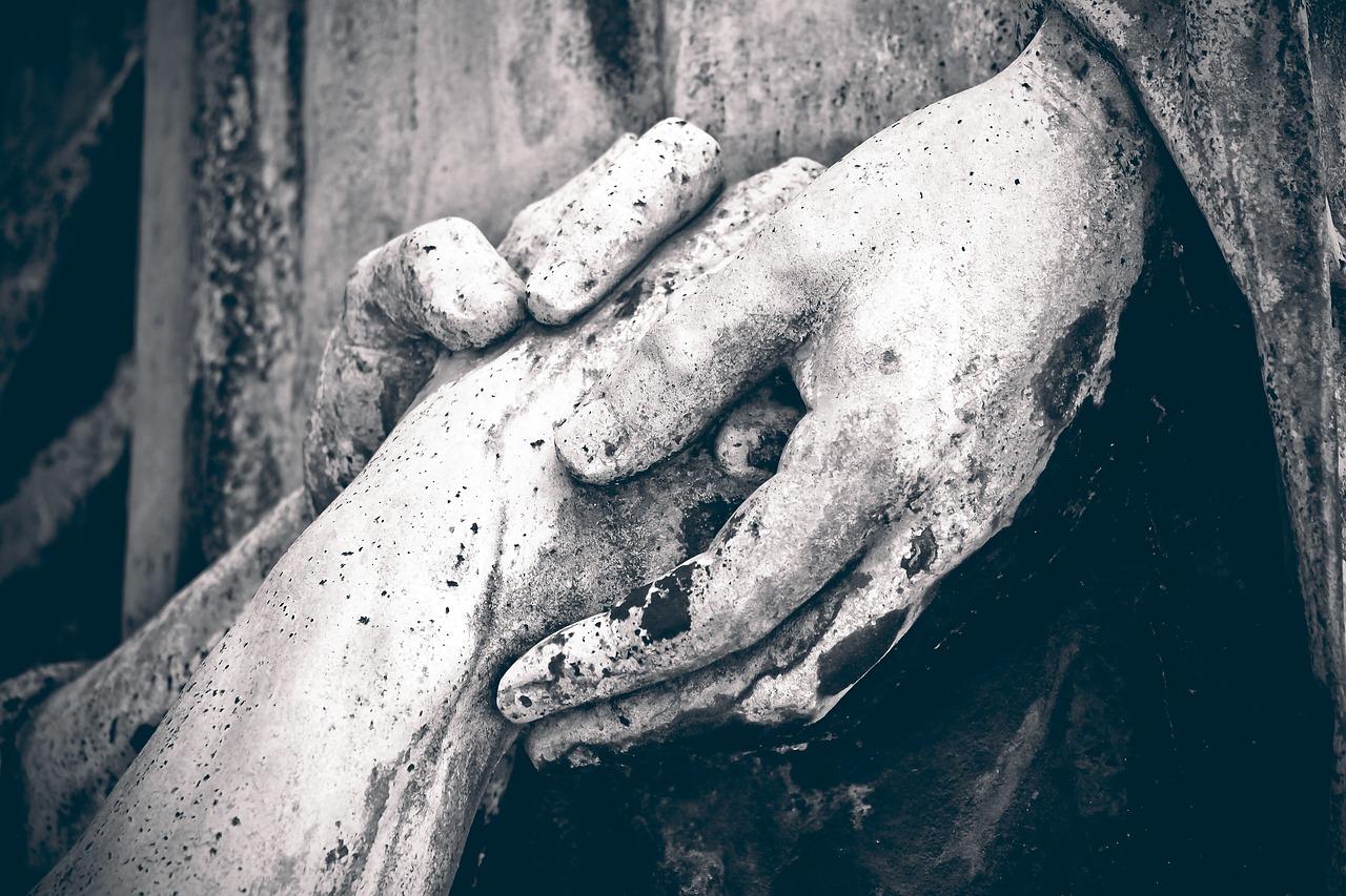 https://cdn.pixabay.com/photo/2016/09/14/19/51/cemetery-1670234_1280.jpg