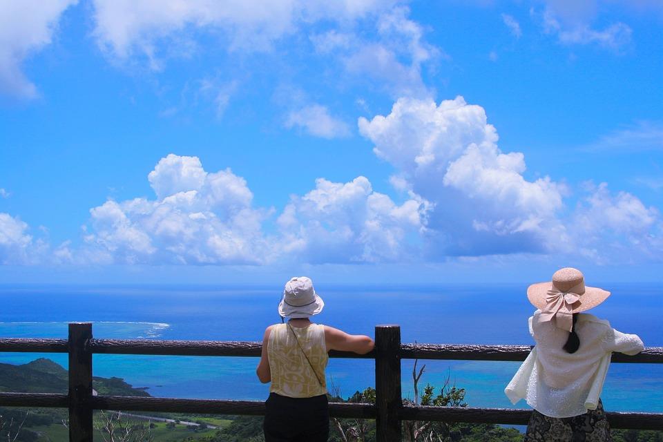 石垣島, サンゴ礁, リーフ, 海, 太平洋, 白雲, 雲, 青空, 峠, 女, 女性, 帽子, 後ろ姿, 風