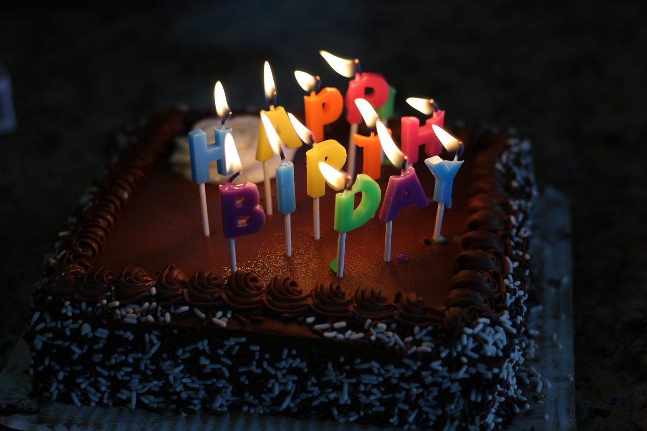 Надписью, поздравление с днем рождения картинки тортики