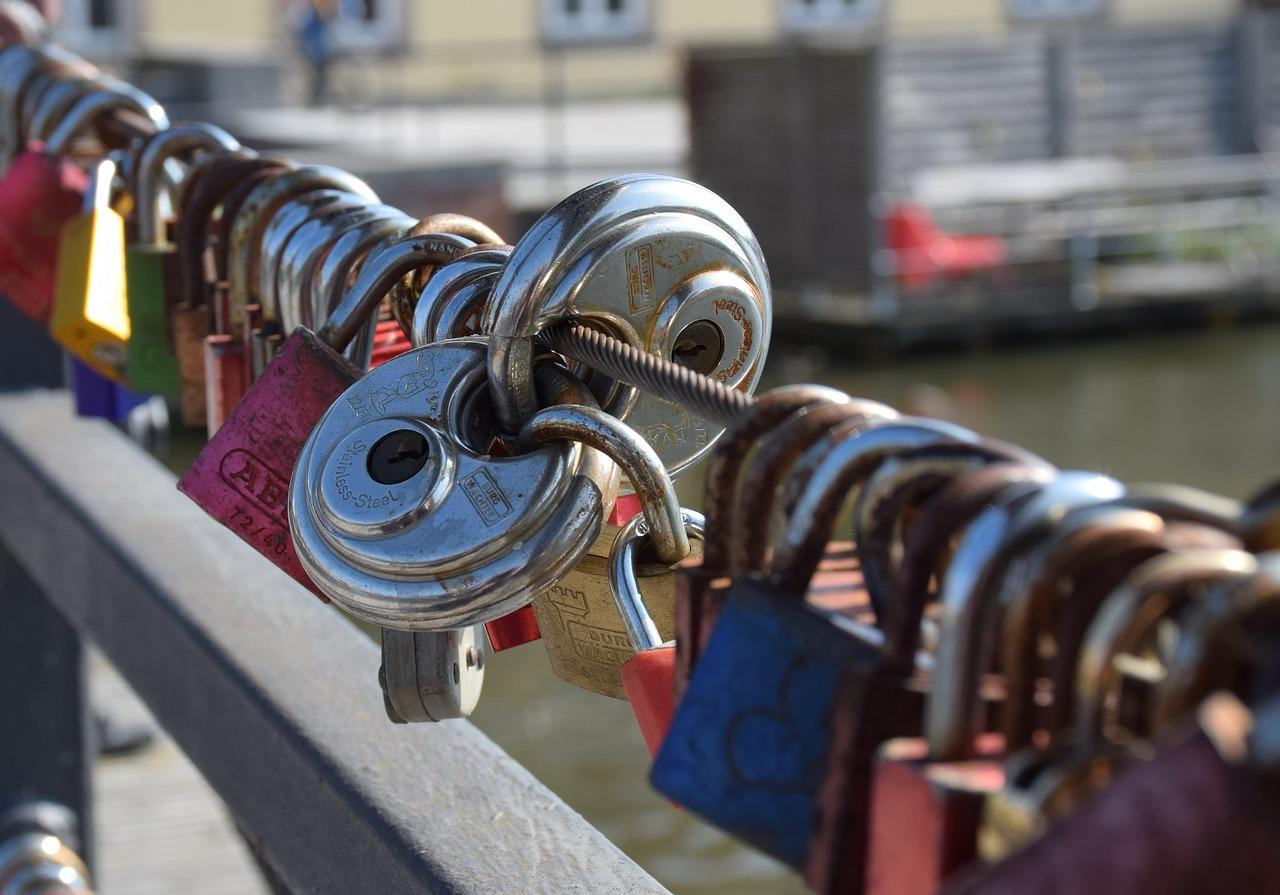 Фото замком с именами на мосту