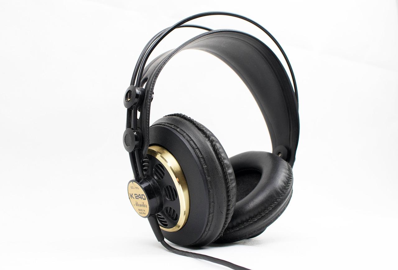 Quels sont les avantages d'un casque audio par rapport à une enceinte portable ?