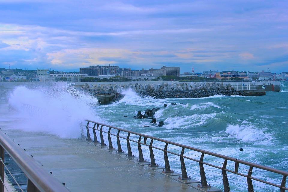 台風, 海, 嵐, 夕方, 大波, 荒波, 海水, 水, 雨, 風, 暴風, 荒れる, 防波堤, 柵, 歩道