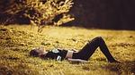 dziewczyna, leżąc na trawie, dziewczyna