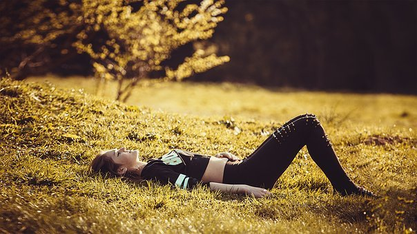 女の子様の添い寝の草, 女の子, 脚, 自然, 女性, 美しい, モデル
