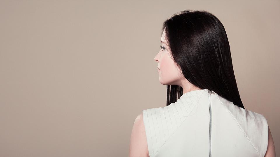 Фото девушки со спины в присядку